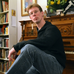 Persfoto bij antieke piano. Rechtenvrij te gebruiken onder voorwaarde van naamsvermelding Foto Grande-Duchesse.